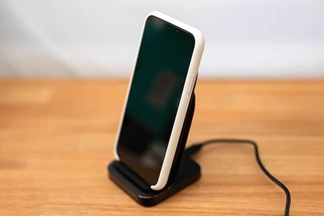 iPhone Xをスタンドに乗せてみた写真