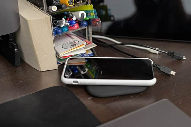 iPhoneを寝かして設置するタイプ