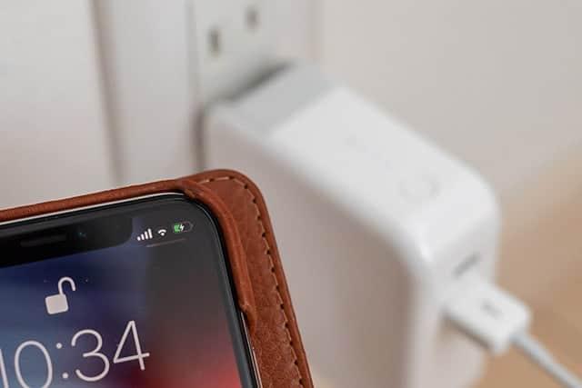 コンセントに挿した状態でiPhoneを接続するとiPhoneの充電が優先される