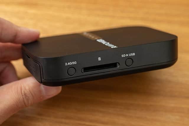 本体左側 WiFi切り替え・SDカードスロット・SDカードのデータ転送ボタン