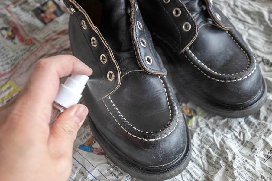 革靴全体にカビ取りクリーナーをスプレーする