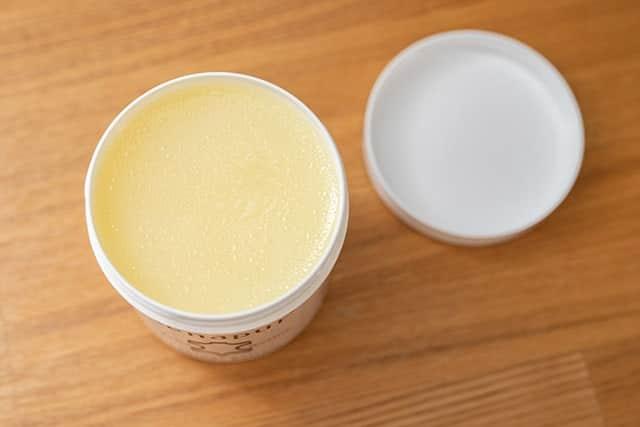 ラナパーはクリーム色の固形ワックス