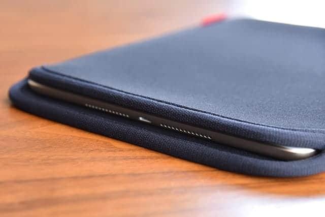 ぴったり!iPad(第5世代) を裸で使うからサンワサプライのシンプルなスリップインケースを購入