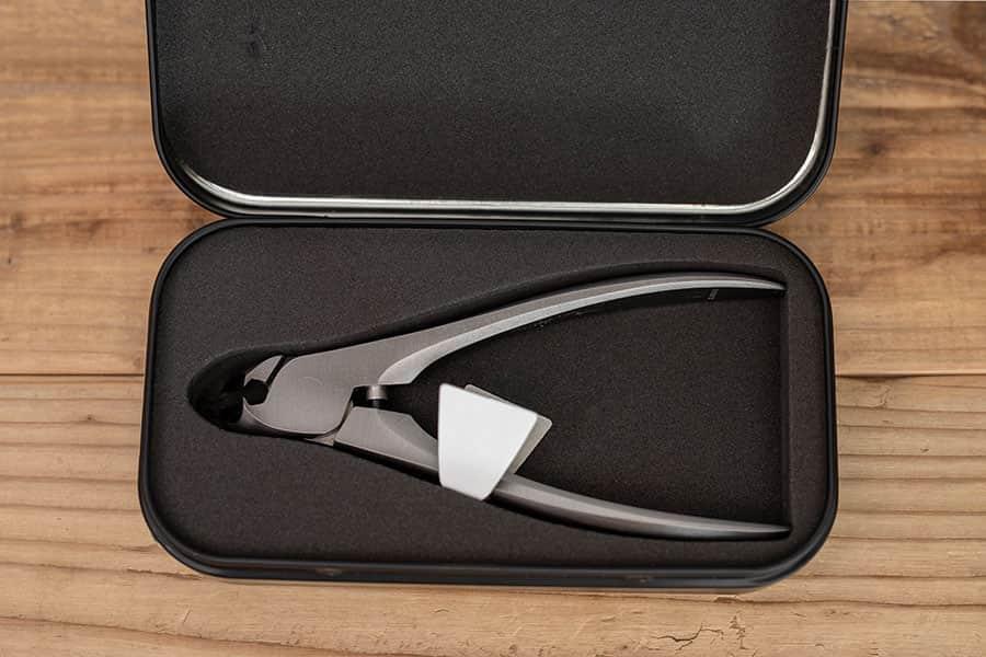 つめ切りを安全に収納できるメタルケースに入ってます