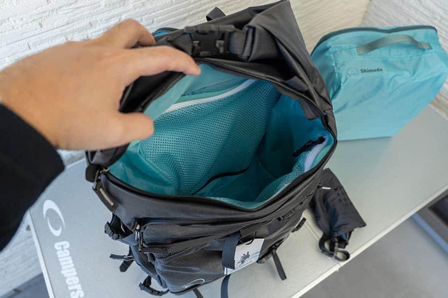 バッグの上部分へのアクセスはロールトップからだけでなく途中にもジッパーがある