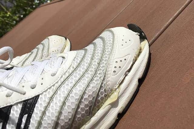 靴のつま先部分が剥がれてました。