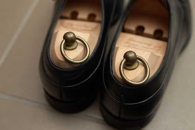 革靴には木製のシューキーパー