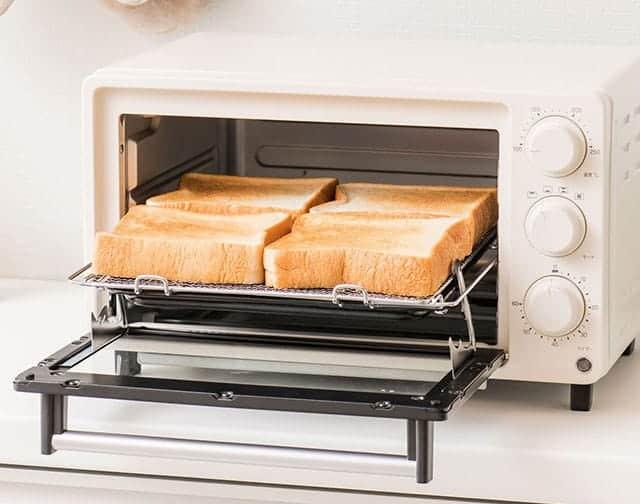庫内は食パンが一度に4枚、ピザも10インチまで焼くことができる広々設計。