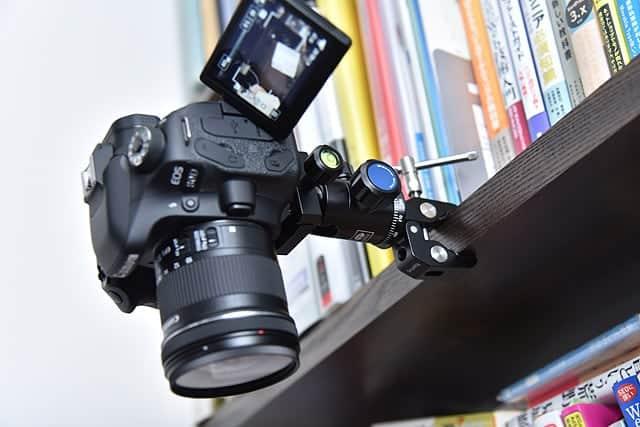 棚にクランプをつけてカメラを固定