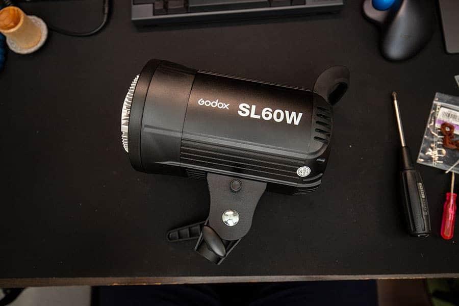 Godox SL60W あとは逆の手順で組み立てるだけ