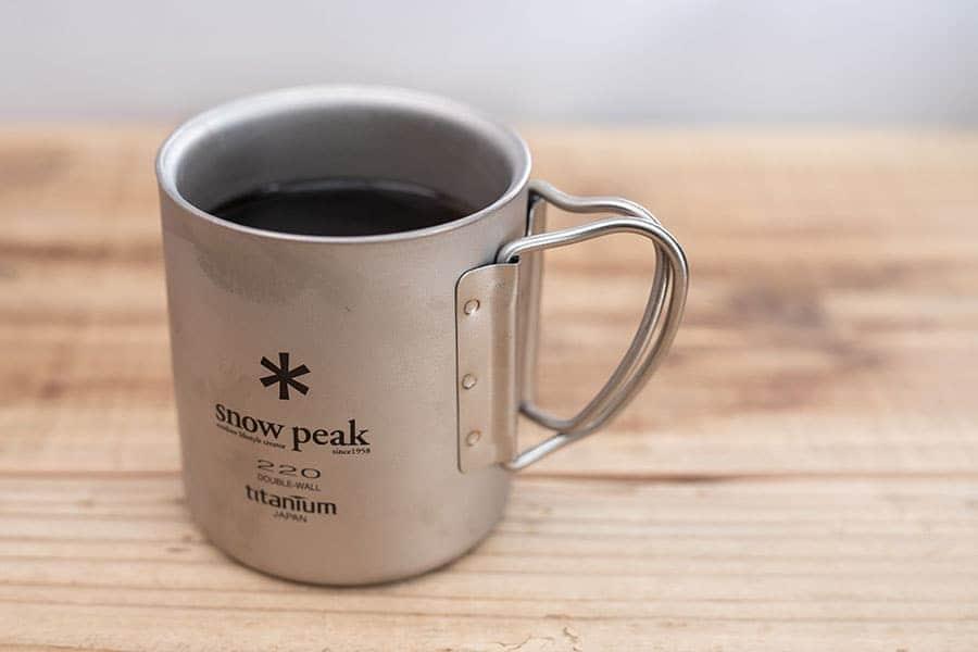 薄くて軽くて冷めにくい!寒い冬のコーヒーはチタンダブルマグに限る