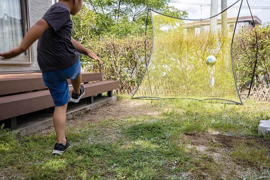 サッカーの壁打ちを自宅の庭で!リバウンドネットならシュート練習も壁いらず