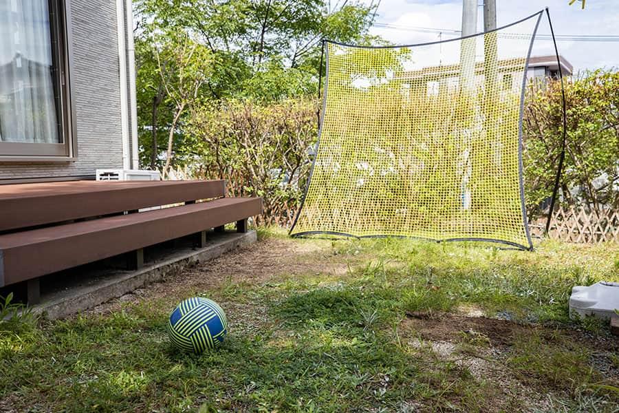 リバウンドネットを設置した庭とサッカーボール