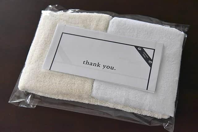 タオルと書類がきれいに梱包されて入ってました