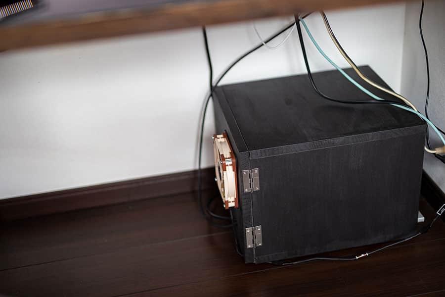 机の下にある静音ボックス