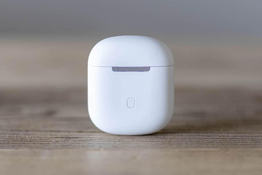 充電ケースの背面にリセットボタン