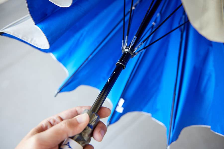 傘を広げる時は手動式