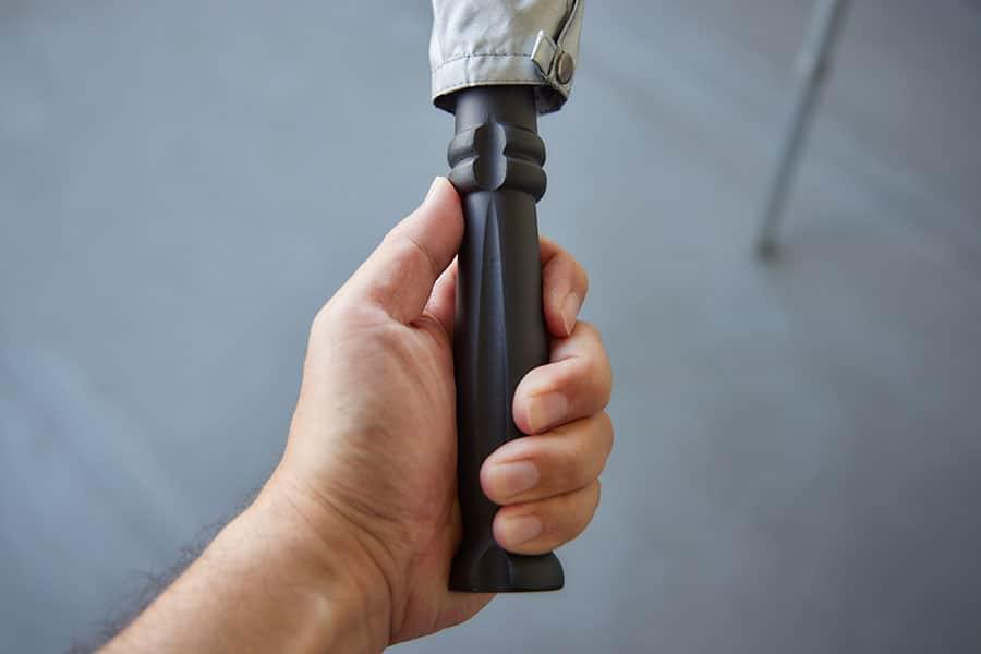 持ち手は木製?持ちやすい形です