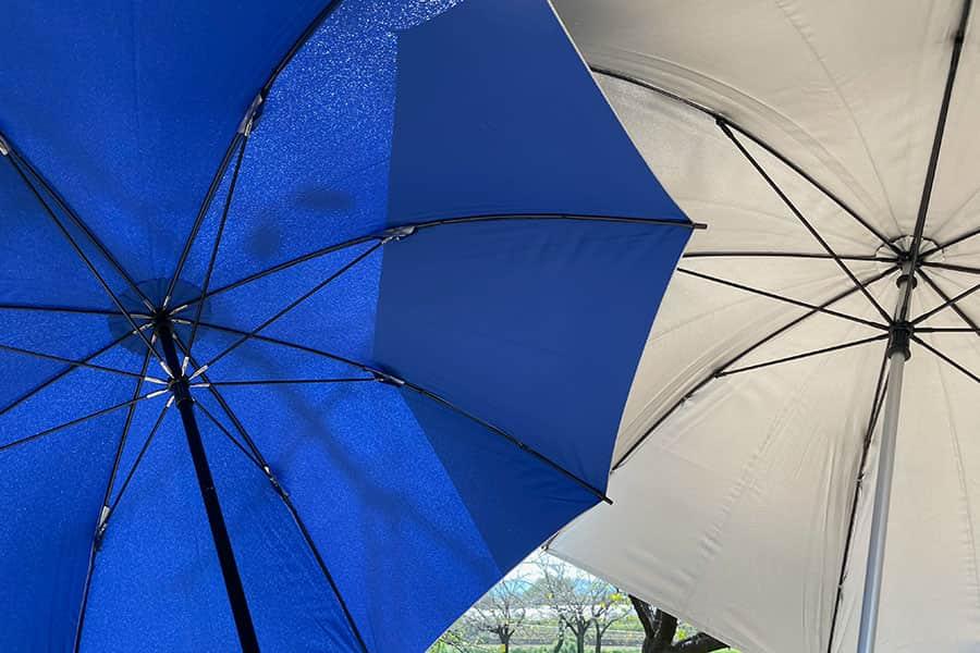 左がミズノの銀パラソルで右がホームセンターの日傘