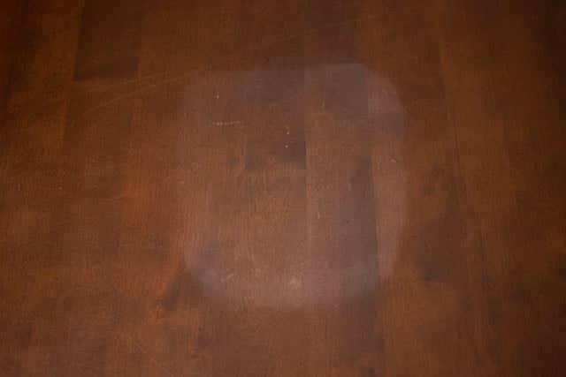 白く変色したテーブル