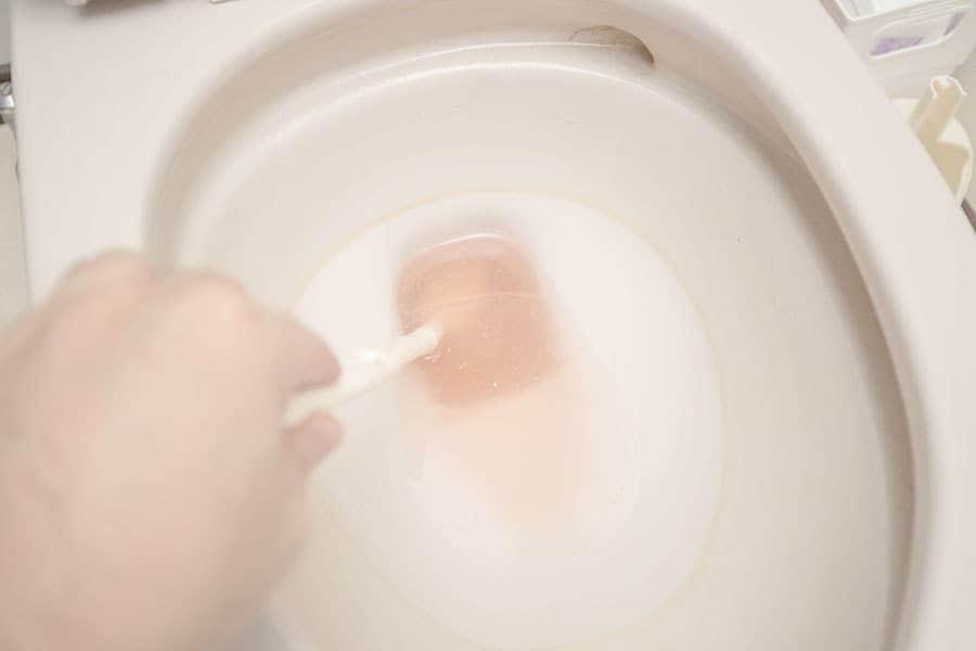 ブラシで底をゴシゴシする