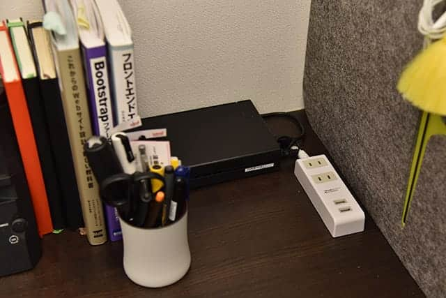 机の上に電源タップを設置