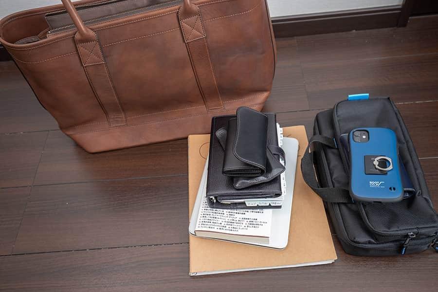 外出時に持っていくiPad Proや手帳を入れてみた