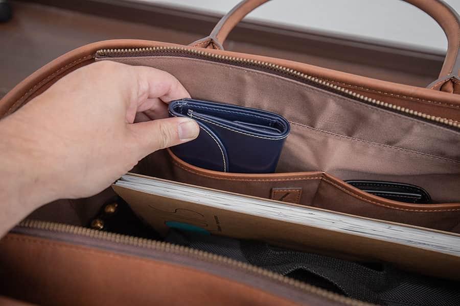 内側のフリーポケットには財布