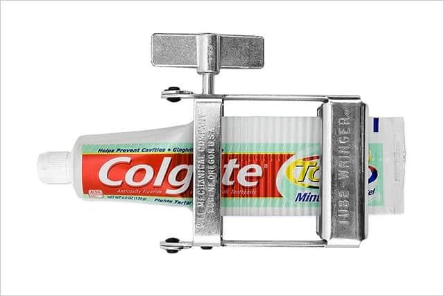 チューブの中身を残らず搾り取る『Tube Wringer』が便利!歯磨き粉や絵の具などを最後まで使い切れる
