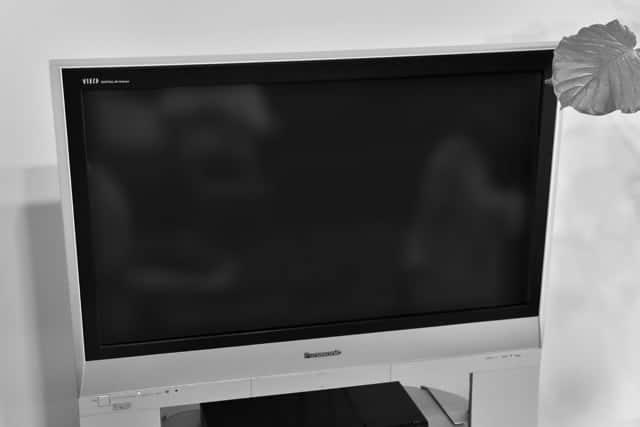 テレビの電源ランプが7回点滅するだけで電源入らず…。カバーを開けてみたら恐ろしい光景が!