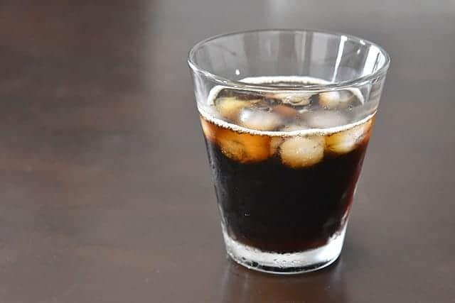 水と氷でアイスコーヒーの完成