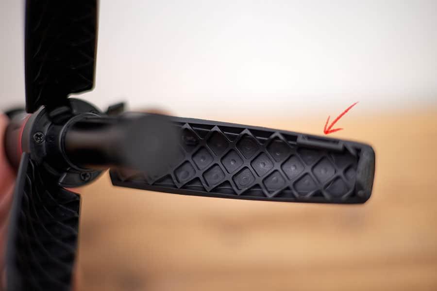 三脚の脚の内側には脚同士を軽く固定する仕組みもあり