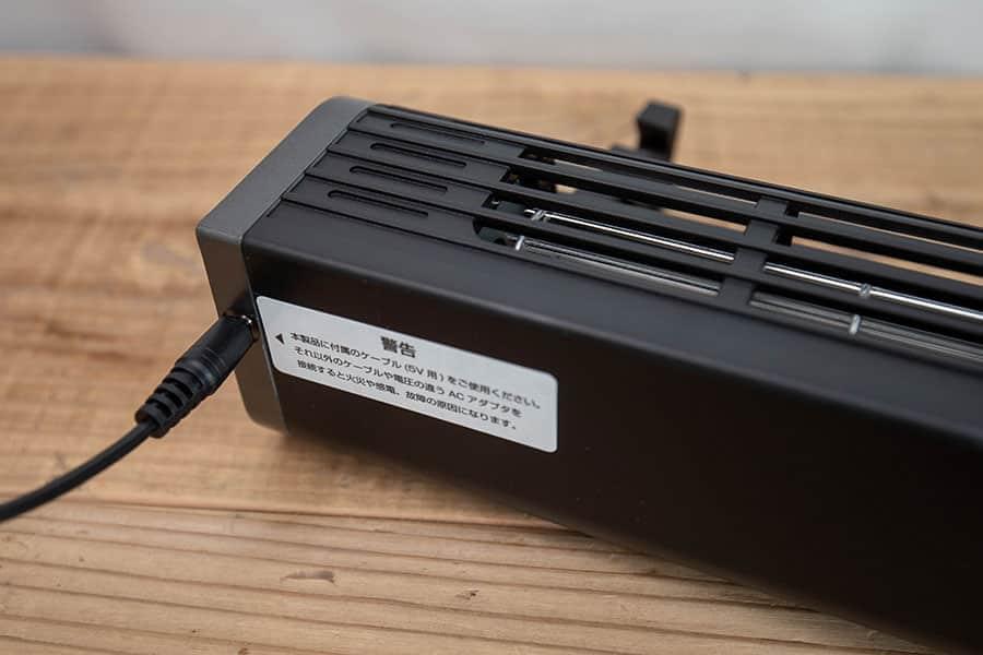 電源ケーブルは背面の左側に端子があります