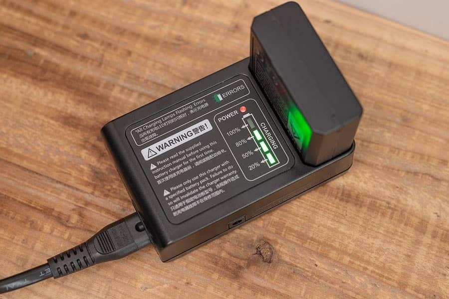 V850II バッテリー充電時にはLEDライトが残量を表示してくれる