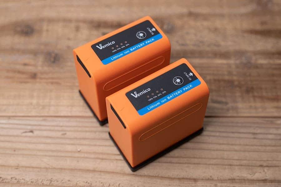 NP-F970の互換バッテリーならコレ!充電器不要でモバイルバッテリーとしても使える