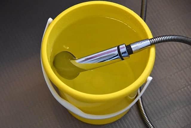 まずは50度のお湯をバケツにためて洗濯機へ