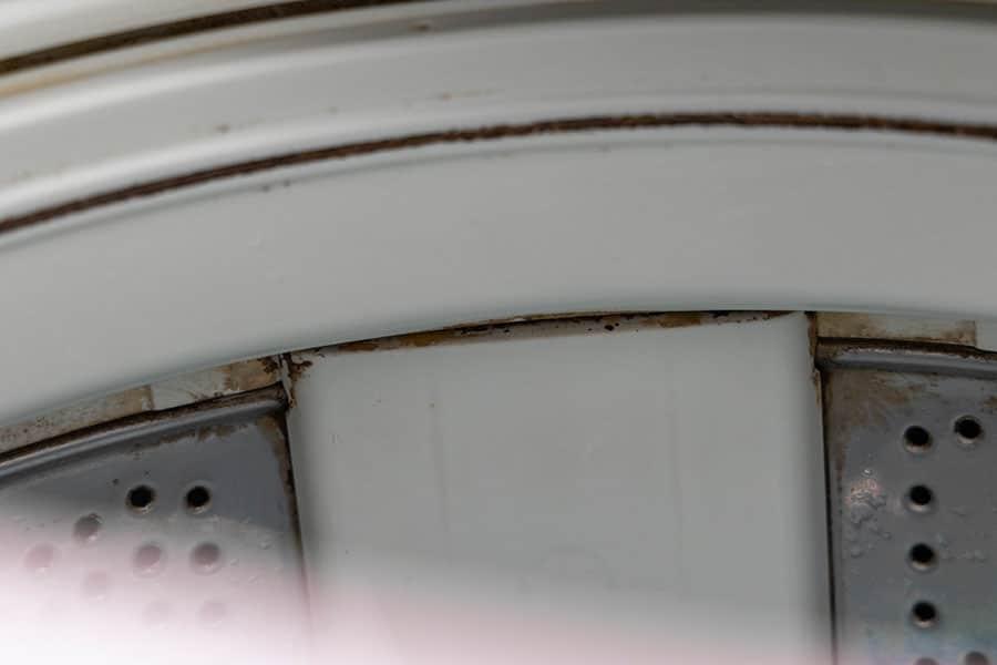 洗濯槽上部の黒カビと石鹸カス