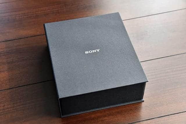 WH-1000XM2 パッケージを開けると黒い厚紙のケースが登場
