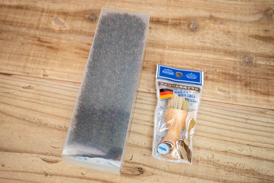 柔らかい馬毛のブラシとクリーム塗布用ブラシ