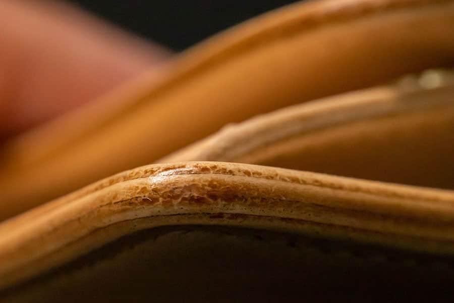拡大したナチュラル色のコバは木材のような感