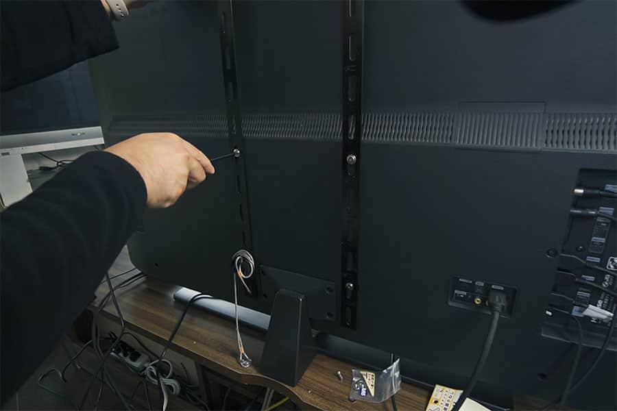 壁設置のネジ穴にフラットバーを固定する